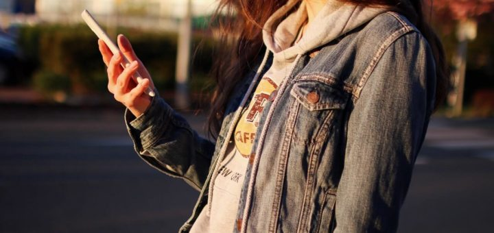 dziewczyna ze smartfonem za 500 zl