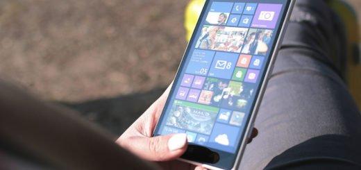 kobieta i smartfon z windows phone